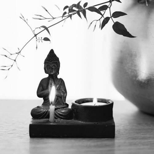 Kleiner Buddha mit Kerze