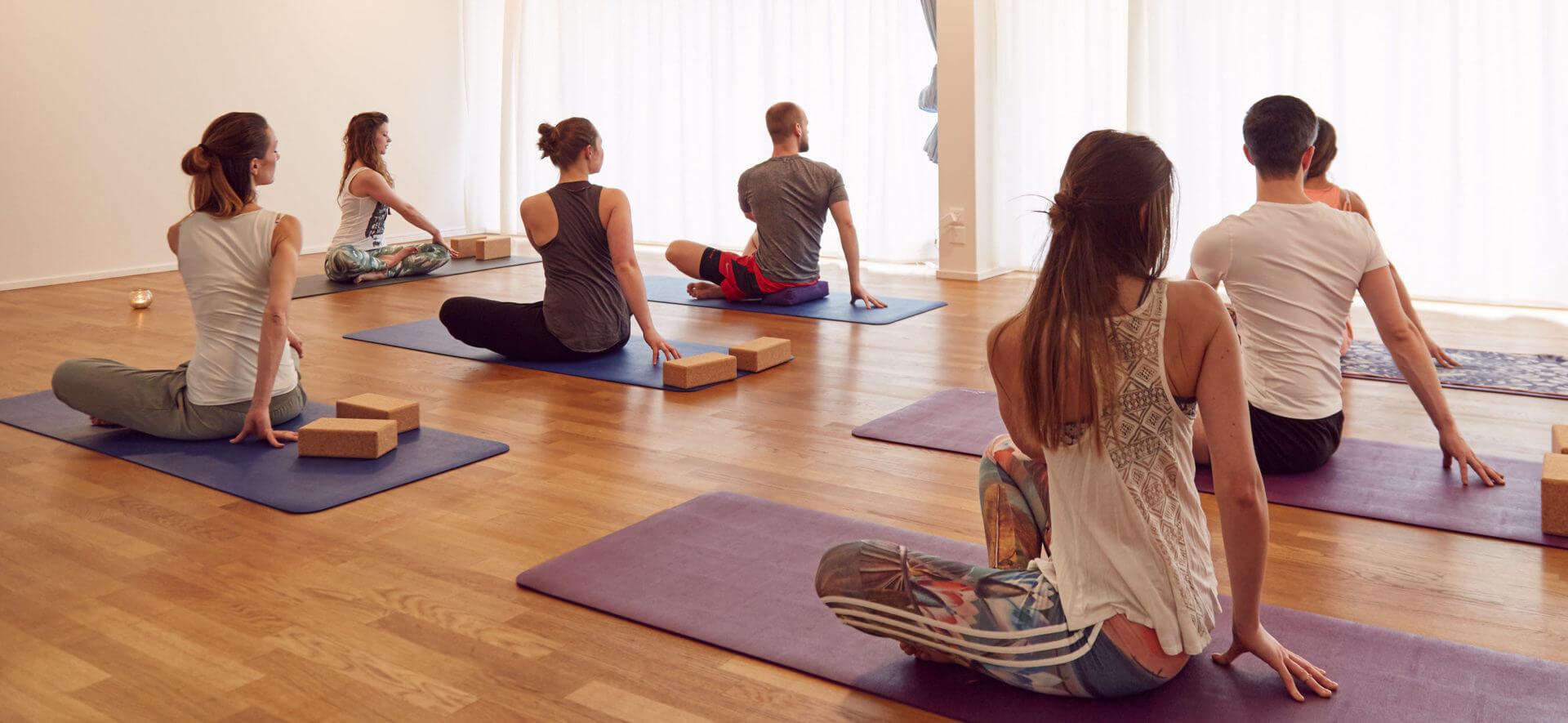 Bild beim Yoga in einer Gruppe