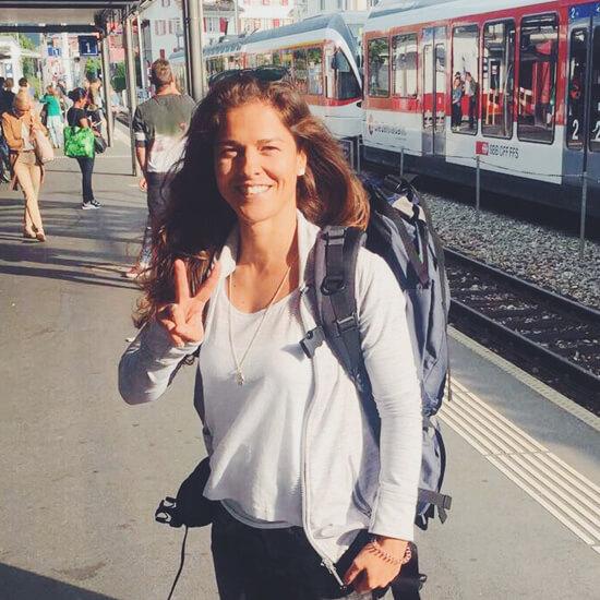 Mari am Bahnhof mit Rucksack