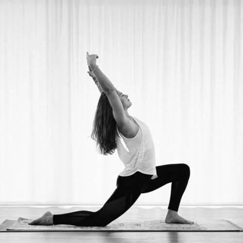 Mari in der Yogaposition Low Lunge im STUDIO FAYO