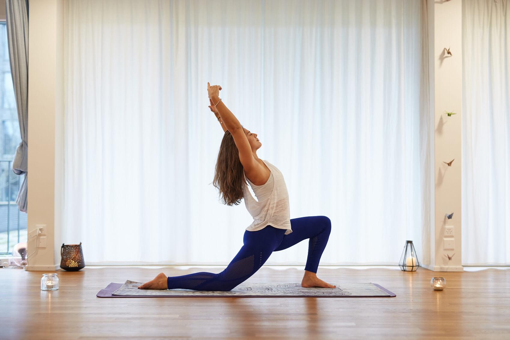 Mari beim Vinyasa Yoga