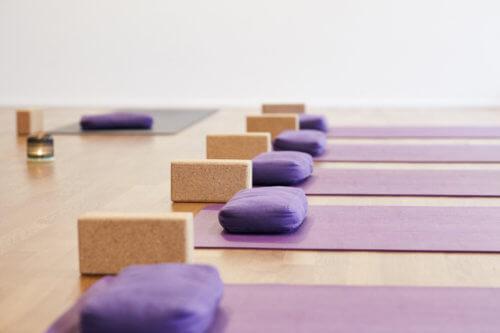 Matten sind bereits für eine Yogastunde